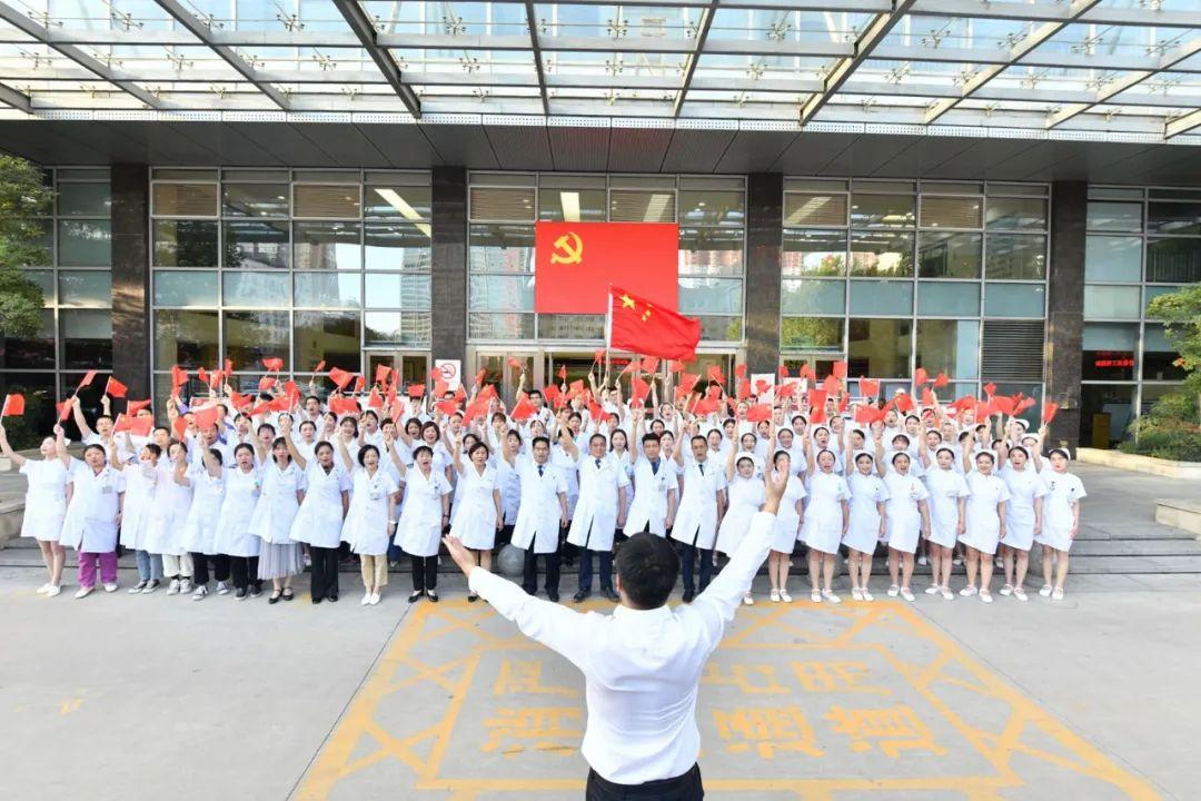洛阳市中心医院举行《我和我的祖国》合唱快闪活动